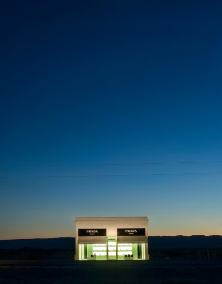 Prada-marfa-texas-noche2-456x5